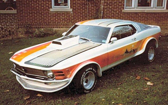 Vieille photo qui inclus des Mustang 65-73  Stang_14