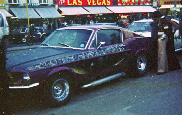 Vieille photo qui inclus des Mustang 65-73  Stang_15