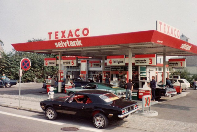 Vieille photo qui inclus des Mustang 65-73  Stang_16