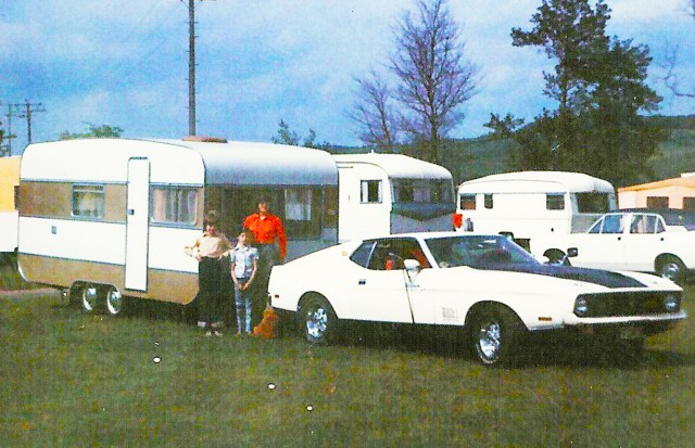 Vieille photo qui inclus des Mustang 65-73  Vintag10
