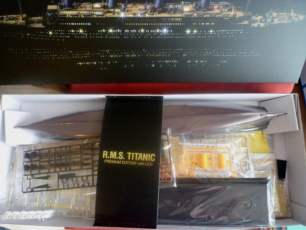 R.M.S TITANIC PRENIUM EDITION with LED ACADEMY 1/400 Titani17