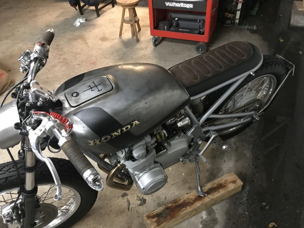CB550F 1976 en...suspens...café racer, enfin dans le genre. Img_2010