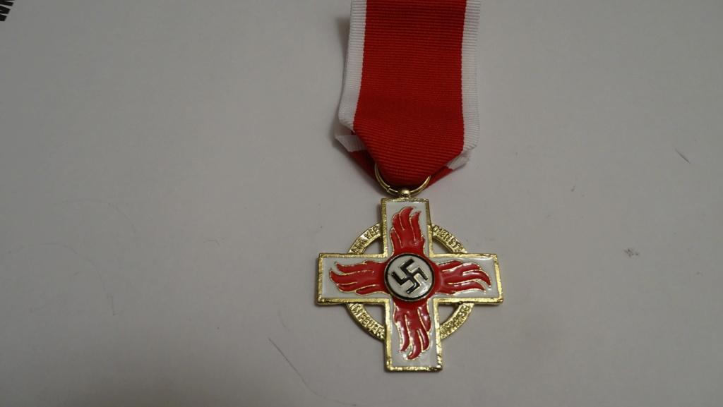 Médaille croix rouge et blanche Dsc02933