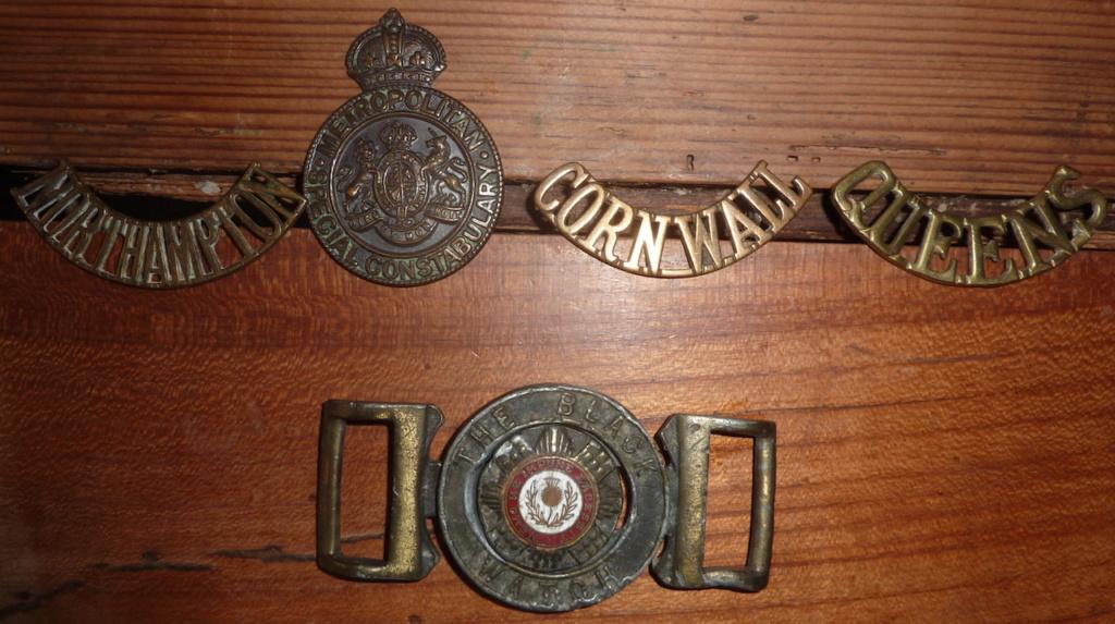 lot insignes et boucle de ceinture anglais P1060220