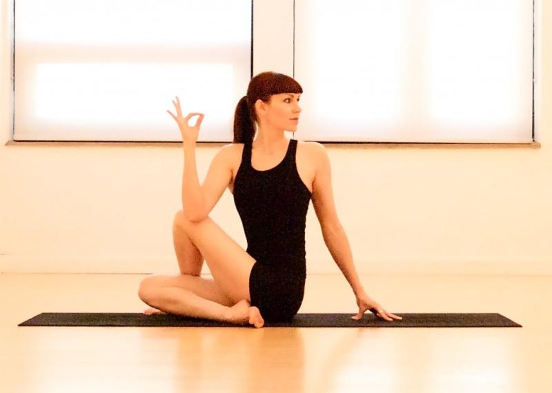 une position de yoga pour activer la kundalini Seated10