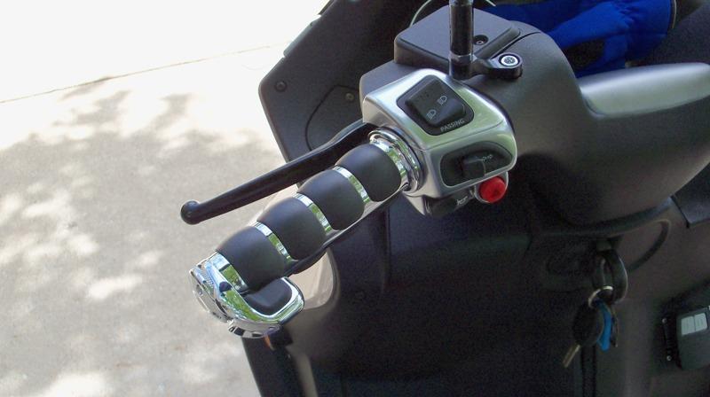Un peu de tuning sur nos scooters 3 roues.... Poigna10
