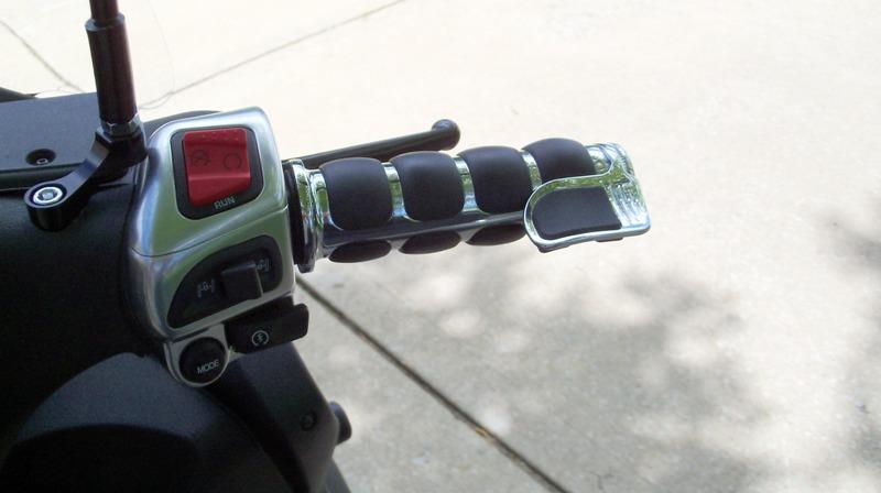 Un peu de tuning sur nos scooters 3 roues.... Poigna11
