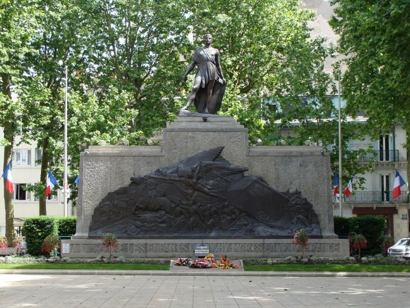 [Histoires et Histoire] Monuments aux morts originaux Français Tome 1 - Page 4 Dsc01110
