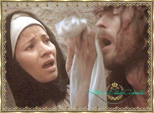 Una mujer limpia el Rostro de Jesús Una_mu10