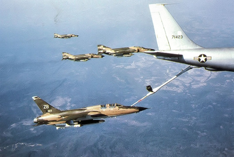 Heller (AMT) KC-135A F-105_10