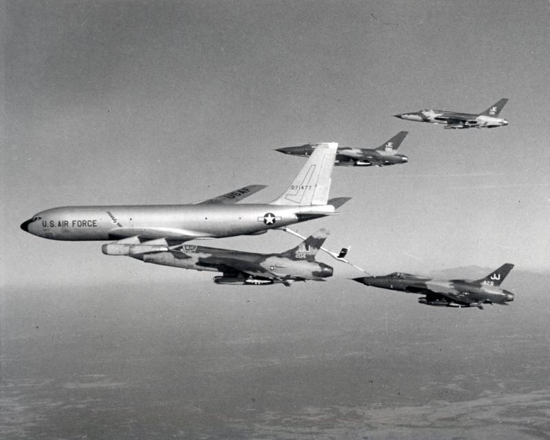 Heller (AMT) KC-135A Refuel10