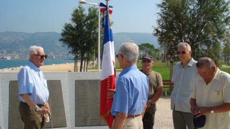 """Dépose de la gerbe au nom de la section """"Le Glorieux"""" au Monument National des sous mariniers Gerbe_12"""
