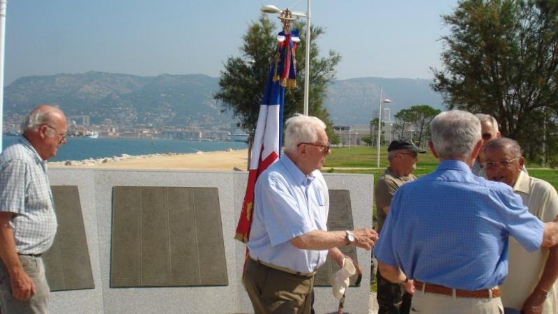 """Dépose de la gerbe au nom de la section """"Le Glorieux"""" au Monument National des sous mariniers Gerbe_13"""