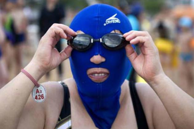 Face-kini la nueva moda en las playas de China. Fake1010