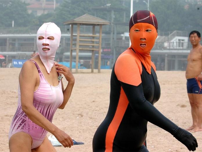 Face-kini la nueva moda en las playas de China. Fake110