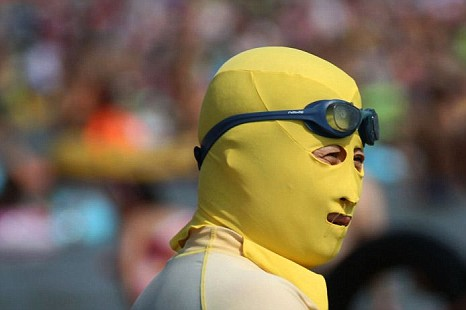 Face-kini la nueva moda en las playas de China. Fake510