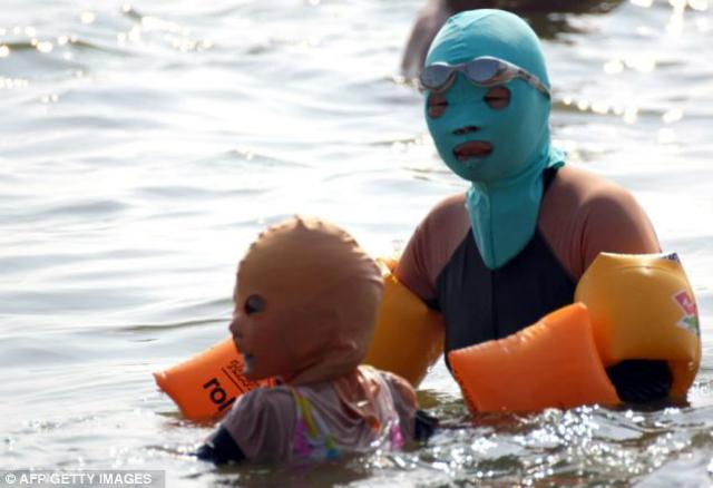 Face-kini la nueva moda en las playas de China. Fake810