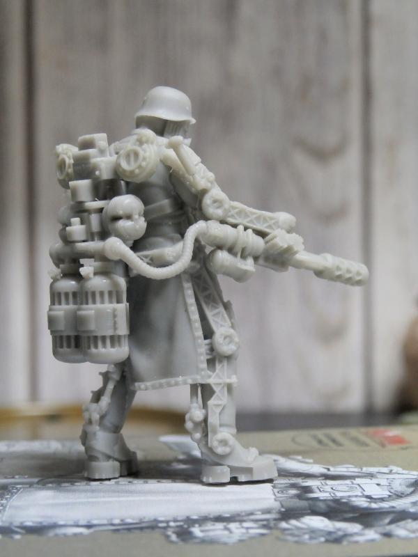 "F.I.A ""Drache"" figurine Maim 1/35 + Kubelwagen Revell 1/35 (FINI) P1130010"