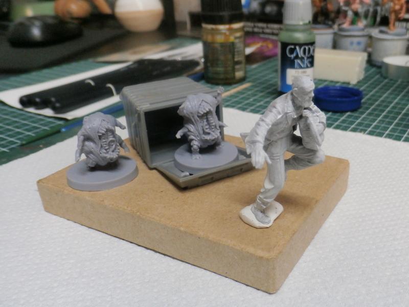 """Delirium tremens"" figurine MB + figurines CMON. P6160015"