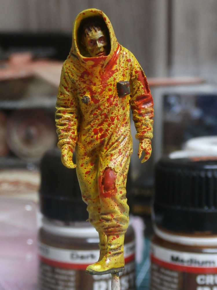 Zombie in NBC coverall - figurine Royal Model 1/35 (FINI) P8120017