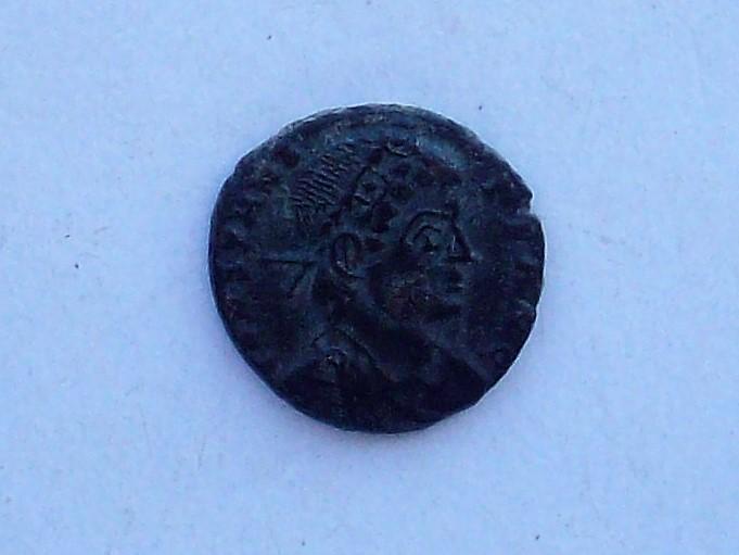 AE4 de Constante I. GLOR-IA EXERC-ITVS. Un estandarte entre dos soldados. Lugdunum. 102_4572