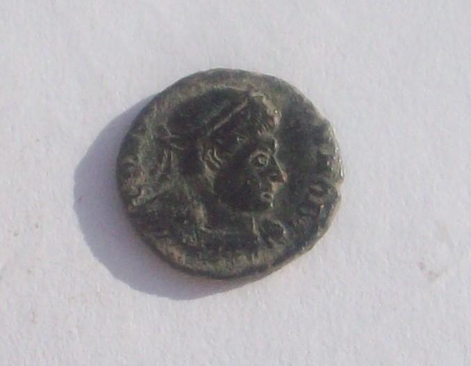 AE4 de Constantino II. GLOR-IA EXERC-ITVS. Un estandarte entre dos soldados. 102_4730