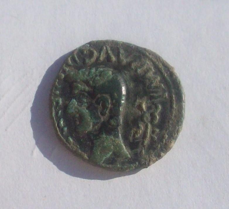 As de Lucus Augusti?, tiempos de Agusto. Escudo redondo dentro de dos círculos concéntricos.  102_4743