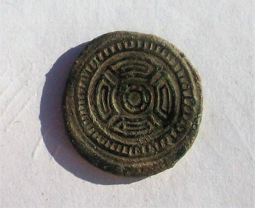 As de Lucus Augusti?, tiempos de Agusto. Escudo redondo dentro de dos círculos concéntricos.  102_4744