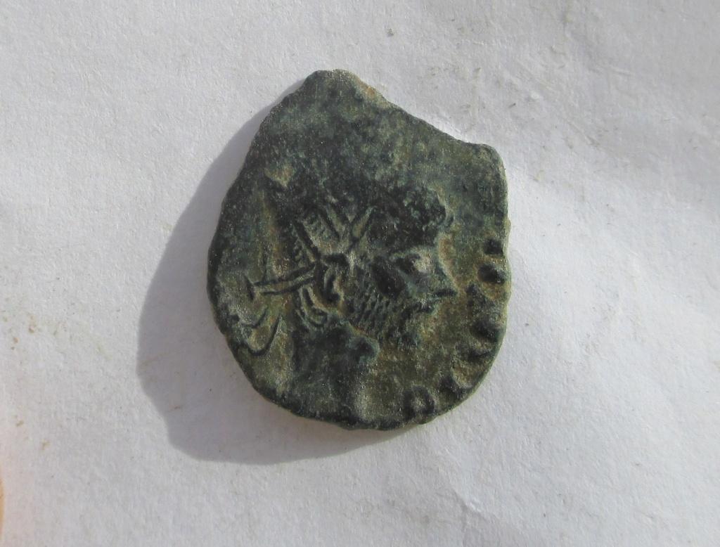 Radiado póstumo de Claudio II. CONSECRATIO. Águila (CUÑO BÁRBARO) Img_1237