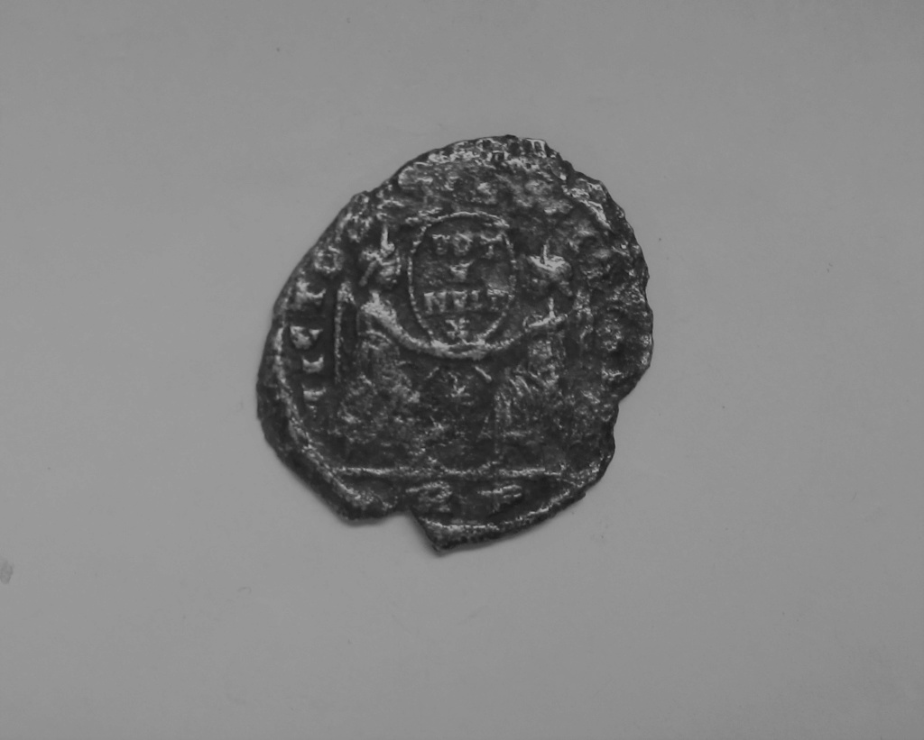 AE2/ Maiorina de Magnencio. VICTORIAE DD NN AVG ET CAES. Roma Img_1240