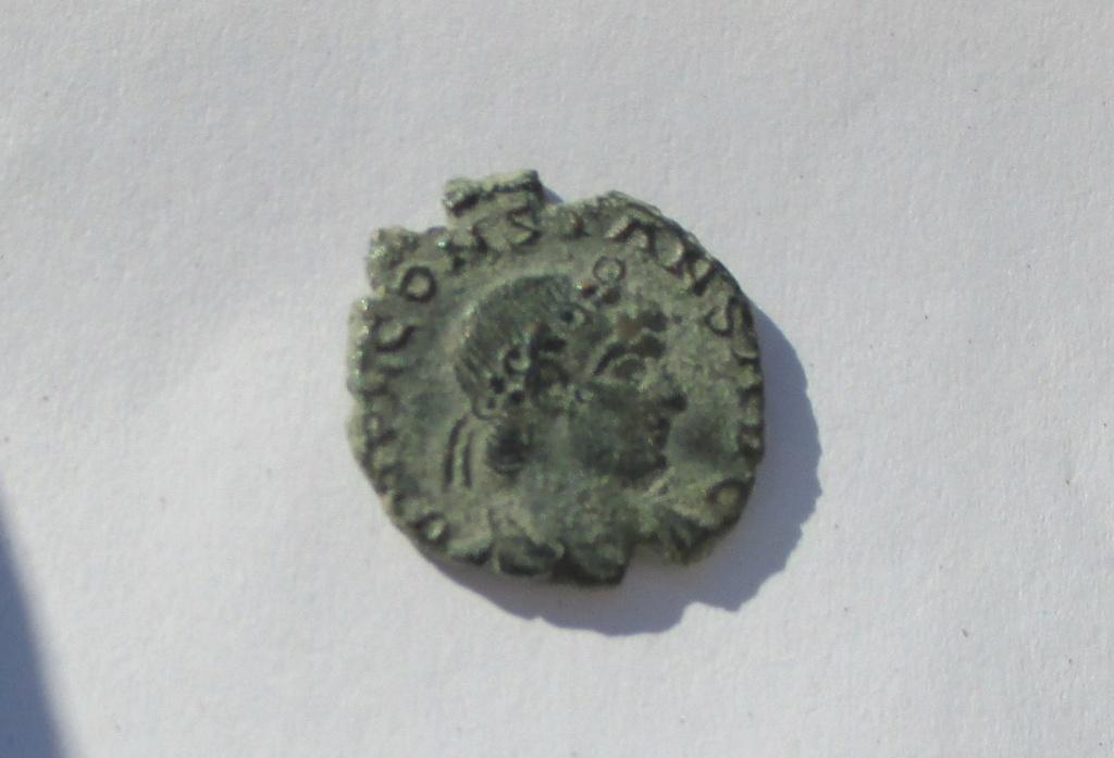 AE4 de Constante I. GLOR-IA EXERC-ITVS. Un estandarte entre dos soldados. Roma. Img_1536