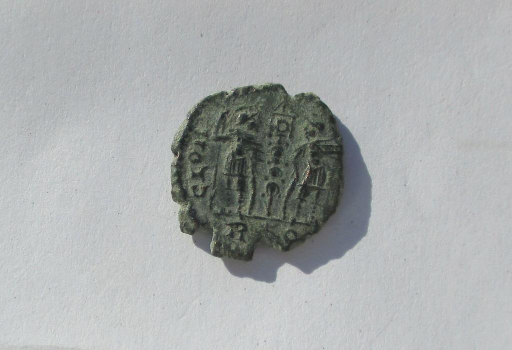 AE4 de Constante I. GLOR-IA EXERC-ITVS. Un estandarte entre dos soldados. Roma. Img_1537