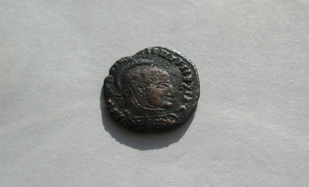 AE3 imitativa de Constantino I. Reverso imita. VICTORIAE LAETAE PRINC PERP. Img_1644
