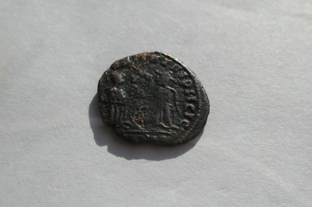 AE3 imitativa de Constantino I. Reverso imita. VICTORIAE LAETAE PRINC PERP. Img_1645