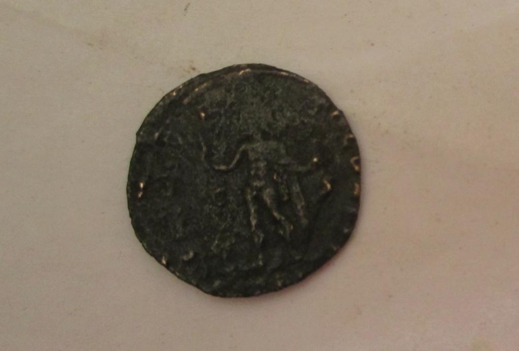 Nummus de Constantino I. SOLI INVICTO COMITI. Arlés Img_2210