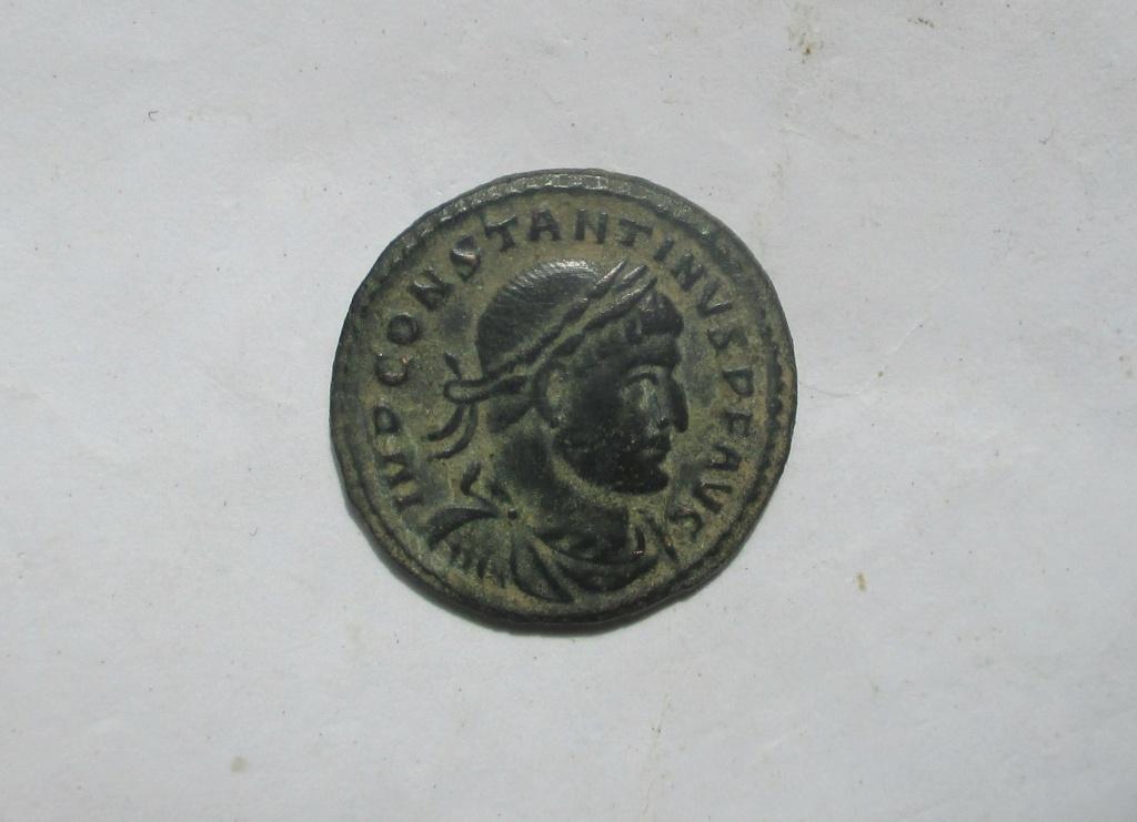 Nummus de Constantino I. SOLI INVICTO COMITI. Arlés Img_2212