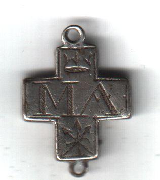 Croix IHS/MA - tôle d'argent - avec 2 anneaux en haut et à la base - Hautes-Alpes - trouvée par ribo05 A1011