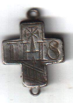 Croix IHS/MA - tôle d'argent - avec 2 anneaux en haut et à la base - Hautes-Alpes - trouvée par ribo05 A1111