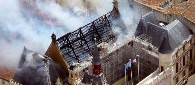 Spectaculaire incendie à la mairie de La Rochelle 29391810
