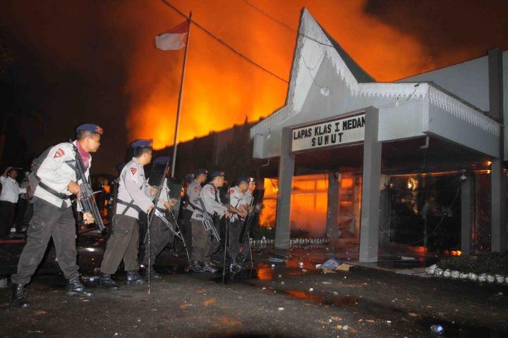 [Indonésie] - Mutinerie géante à la prison de Tanjung Gusta (Melan) 29770211