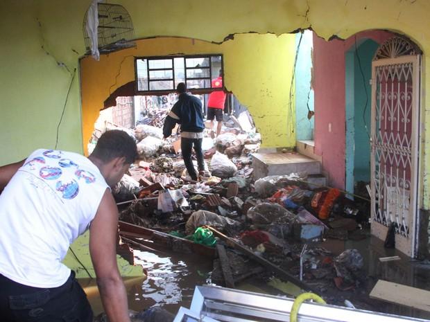 """Une énorme canalisation d'eau s'est rompue formant un """"mini tsunami"""" à Rio de Janeiro Age20110"""