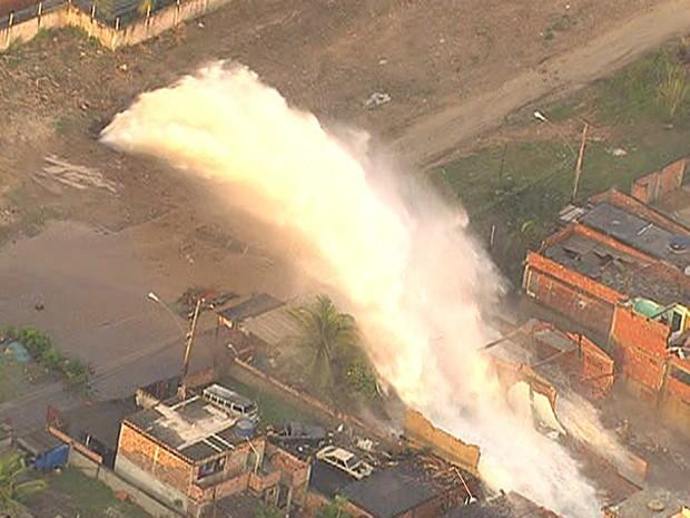 """Une énorme canalisation d'eau s'est rompue formant un """"mini tsunami"""" à Rio de Janeiro Cop10"""