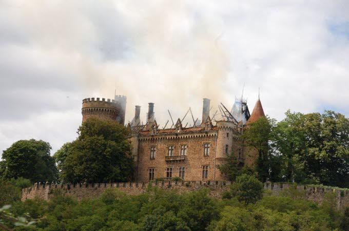 Le château de Paulhac en proie aux flammes  Photo-10