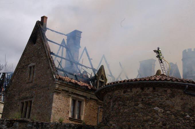 Le château de Paulhac en proie aux flammes  Photo-11