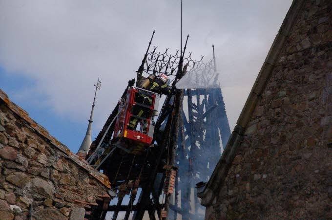Le château de Paulhac en proie aux flammes  Photo-12