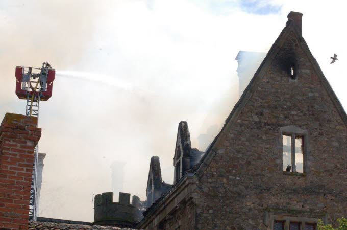Le château de Paulhac en proie aux flammes  Photo-13
