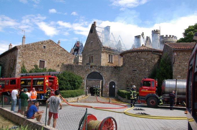 Le château de Paulhac en proie aux flammes  Photo-14
