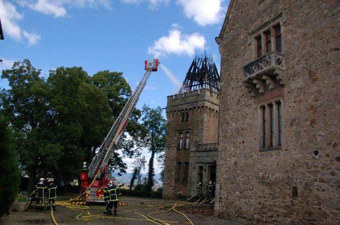 Le château de Paulhac en proie aux flammes  Photo-15