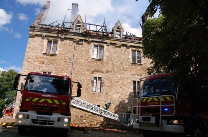 Le château de Paulhac en proie aux flammes  Photo-16