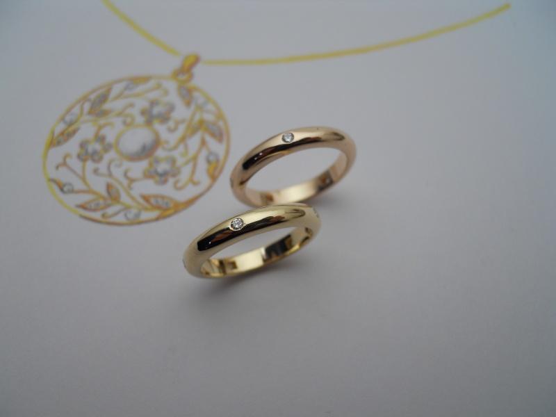 Deux alliances or rose et or jaune avec 5 diamants serti masse et mise à jour... Eto06_10